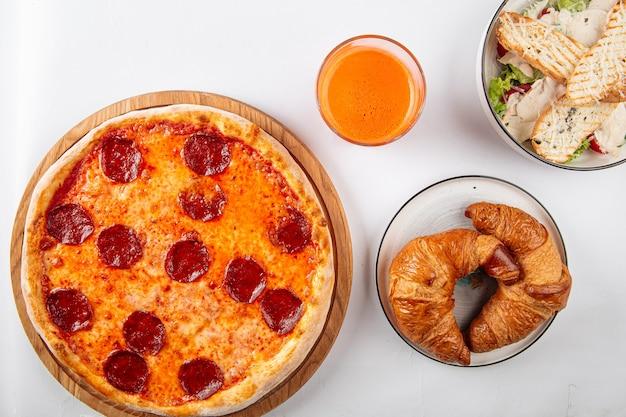 Европейский набор блюд с пиццей, круассаном и салатом