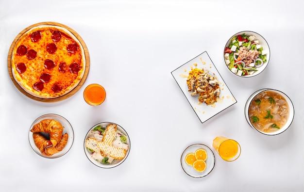 Европейский набор блюд с пиццей, салатами и супом