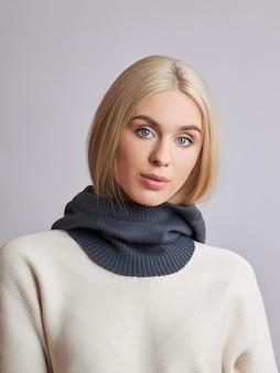 Европейская мусульманка со светлыми волосами в капюшоне, одетая на голову. красивая девушка в свитере с мягкой кожей, натуральная косметика