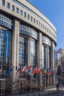 Офисы европейского парламента и европейские флаги в брюсселе