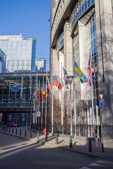 Башни европейского парламента и европейские флаги в брюсселе, бельгия