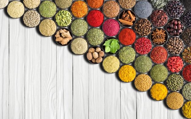 흰색 테이블 배경에 유럽 향신료. 인도 음식에 대한 다채로운 조미료와 허브