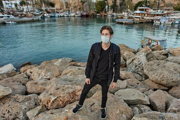 안탈리아의 유럽 관광객은 코로나 바이러스 감염에 대한 개인 보호 수단으로 안면 마스크를 사용합니다.