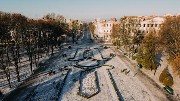 우크라이나의 유럽 마을 폴 타바. 도시의 눈 덮인 중앙 공원, 토지 디자인, 오래된 생도 공사. 고품질 사진