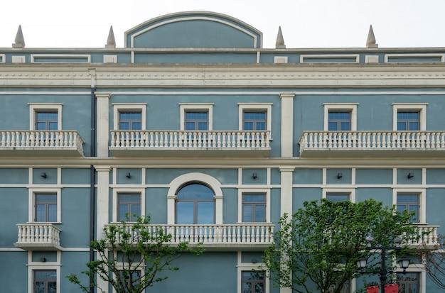 Здание в европейском городском стиле в торговом центре чунцин, китай