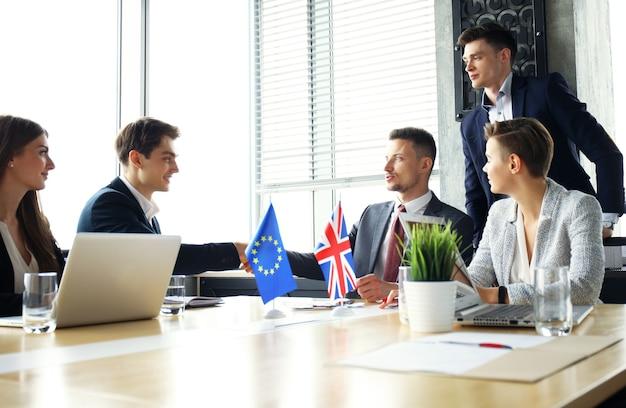欧州連合と英国の指導者が取引合意に握手している。ブレグジット。