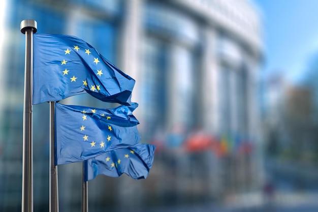 Флаг европейского союза против парламента в брюсселе, бельгия