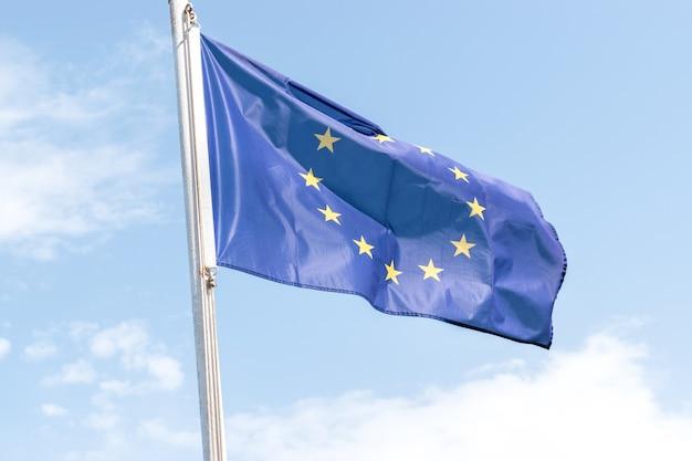 Флаг европейского союза на фоне голубого неба