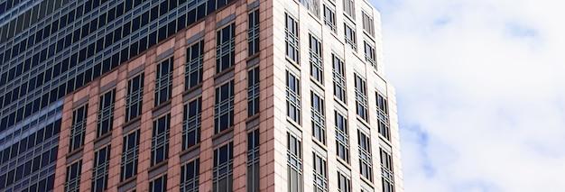 유럽 연합 의회 통신의 현대적인 기업 사무실 건물 상징 앞에서 흔들며 유럽 연합 깃발 ...