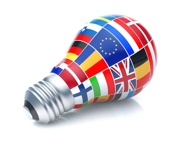 白い背景の上の電球と欧州連合の旗。