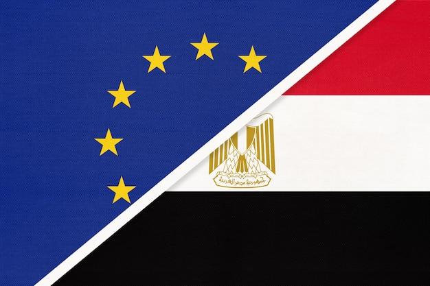 繊維からの欧州連合またはeuおよびエジプトの国旗。