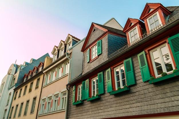 오래 된 집에서 녹색 나무 셔터와 함께 유럽 창. 실외 외관