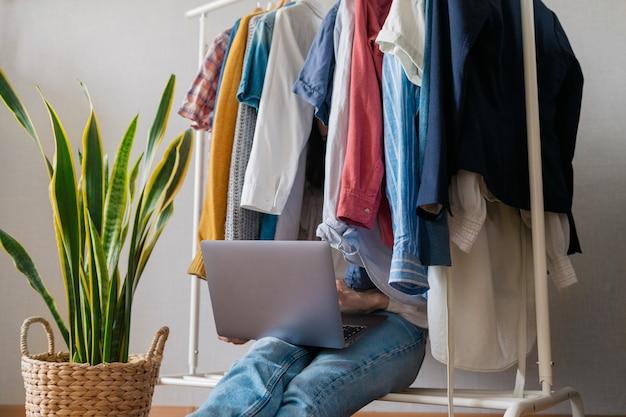 ワードローブの自宅でヨーロッパの女性は、パーティーや誕生日パーティーの服を分類する服を選択します