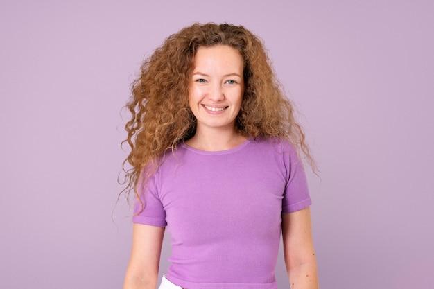 陽気な表情のクローズアップの肖像画を笑顔のヨーロッパの女性