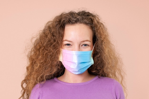 Donna europea che indossa una maschera facciale nella nuova normalità