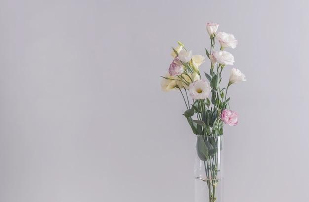 トルコギキョウの花瓶に灰色の花瓶の花束。