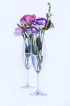 Эустома в бокалах для шампанского