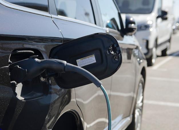 Электромобиль или электромобиль на кабеле зарядной станции