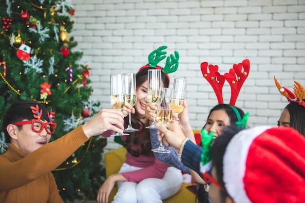 シャンパンでクリスマスや大eve日のパーティーを祝う友人
