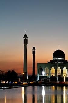 Вечер у купола мечети в таиланде.