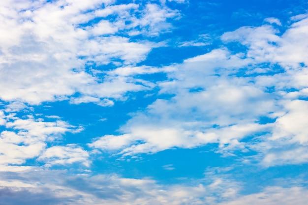 흰 구름이 있는 저녁 푸른 하늘