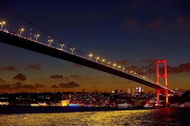 Вечерняя морская прогулка по босфору в стамбуле. босфорский мост в ночном свете.