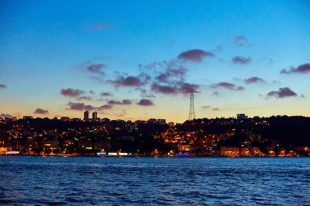 イスタンブールのボスポラス海峡での夜のボートトリップ
