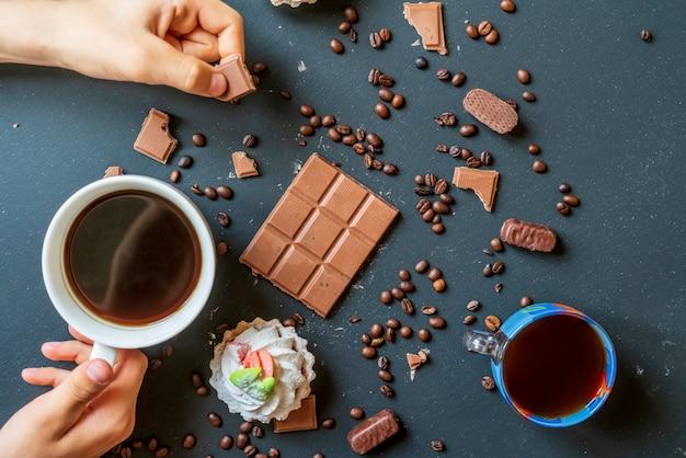 ダークテーブルのお菓子とビスケットのイブニングコーヒー