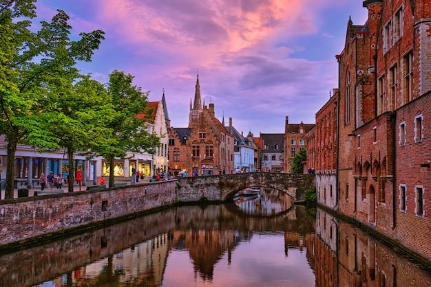 ブルージュブルージュベルギーの夕方の夕暮れの景色
