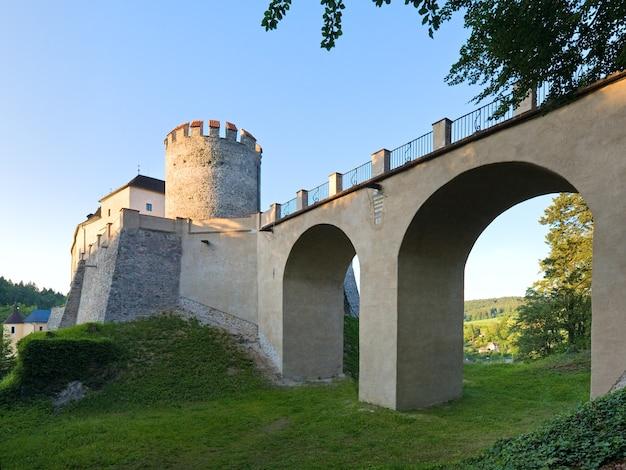チェコ共和国の夜の歴史的な中世のシュテルンベルク城