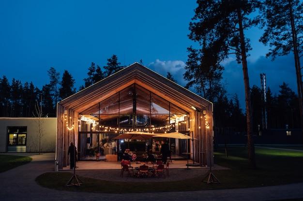 モダンな木造住宅を背景にした中庭の夜のイルミネーション
