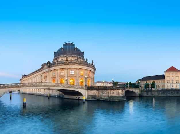 ベルリンの博物館島の夜のイルミトン