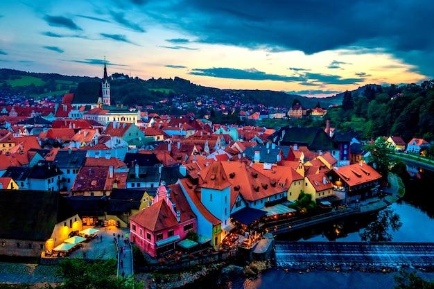 小さな家と塔の尖塔がある歴史的な町の夜