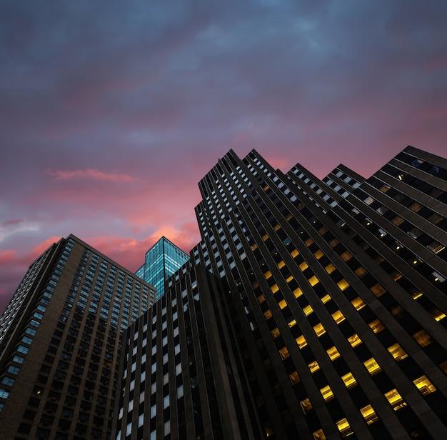 ニューヨーク市の夜。マンハッタンの近代建築