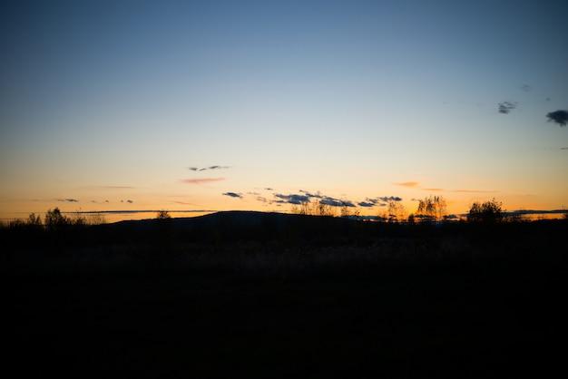 Вечерний пейзаж на закате, теплый солнечный свет над полем, урал, сентябрь