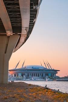 Вечерний пейзаж вантового моста через неву и вид на стадион зенитарена