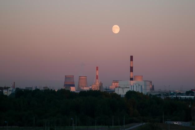 発電所の上空の月の夜の風景