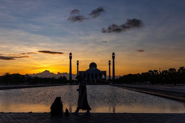 Вечерний свет вокруг мечети в центральной части сонгкхла