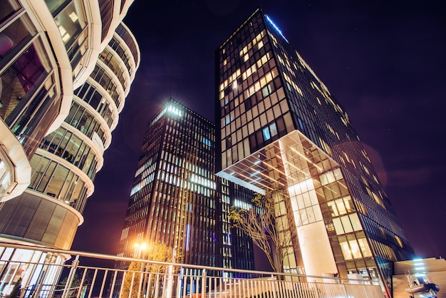 Вечерние огни в современном городе