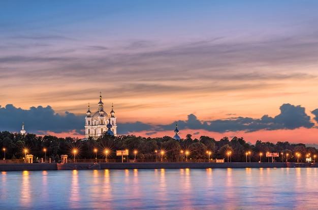 Вечер на реке у смольного собора в санкт-петербурге
