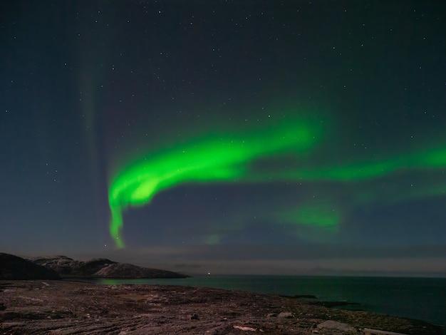 Aurora borealis와 함께 저녁 극지방 풍경. 겨울 teriberka.