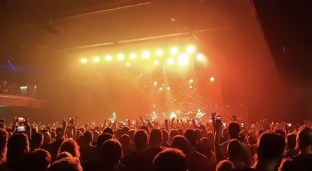 野外で大勢の観客の前で行われるイブニングロックコンサート