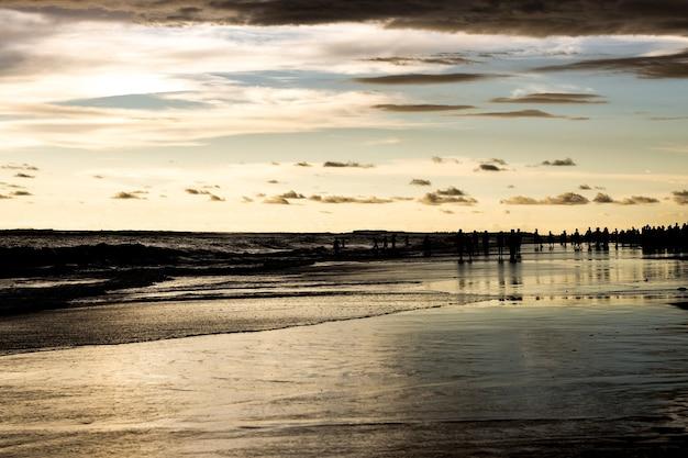 아름다운 하늘 아래 사람들과 저녁 바다 해변