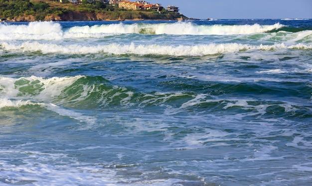 Вечернее море штормовой вид и дома на побережье, болгария.