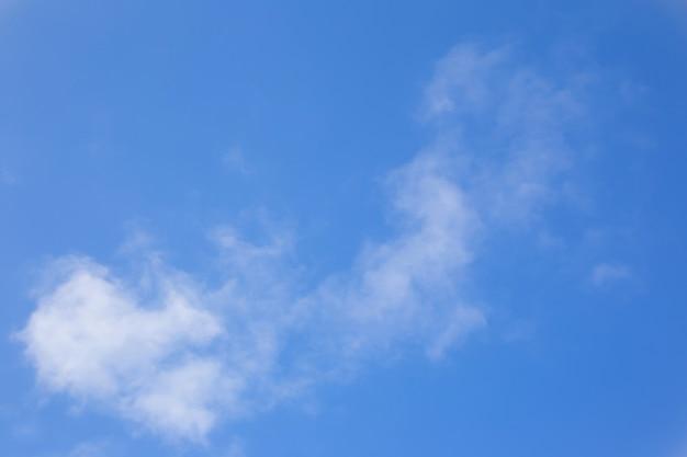 구름과 태양 배경의 광선이 있는 저녁 하늘
