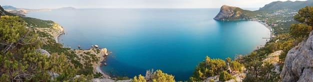 「novyjsvit」保護区(クリミア、ウクライナ)の夕方の夏の海岸線。 4ショットステッチ画像。