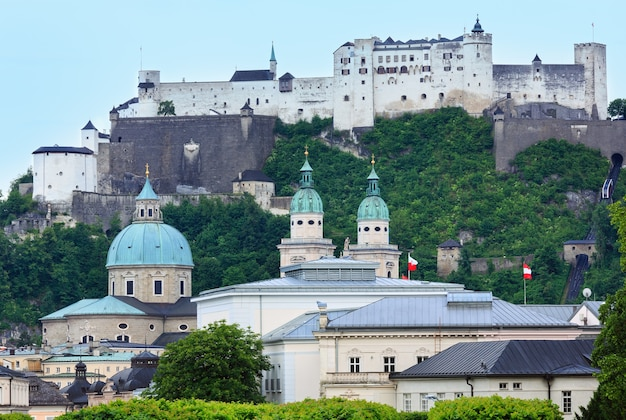저녁 여름 잘츠부르크 시티 뷰와 호엔 잘츠부르크 요새 (1077 년에 지어진) 산 정상 (오스트리아)
