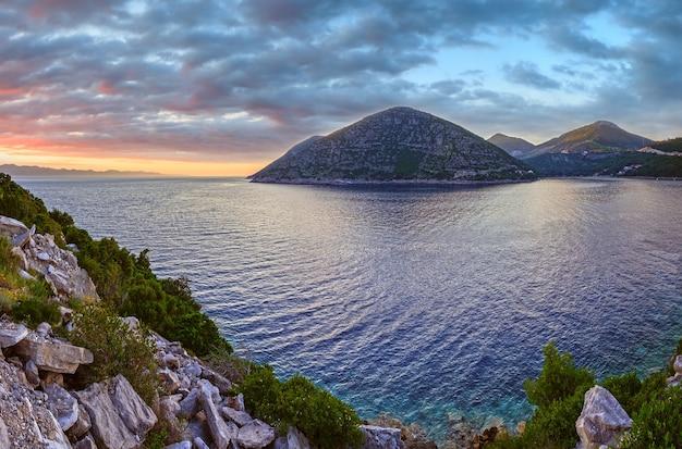 夕方の夏の日没の海岸線のパノラマ(ストン、ペリェシャツ半島、クロアチア)。