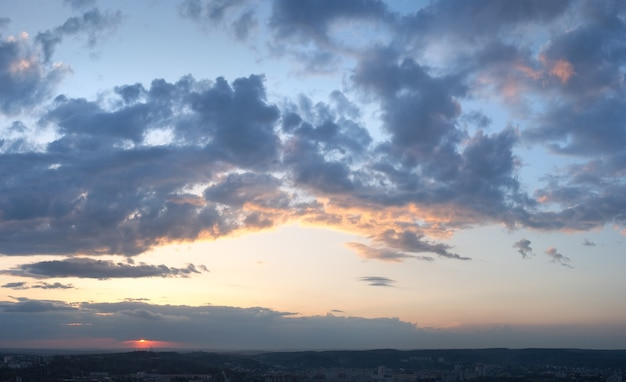 Вечернее закатное небо с облаками над львовом. вид на город (украина, вид со львова на холм