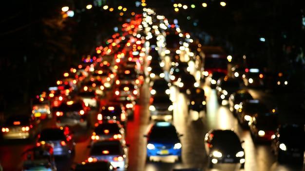 夜間のトラフィック。市の光。モーションブラー。